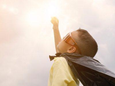 Enfant-joue-super-hero-scout